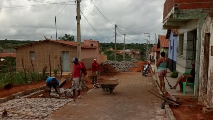 Prefeitura Municipal segue pavimentando ruas