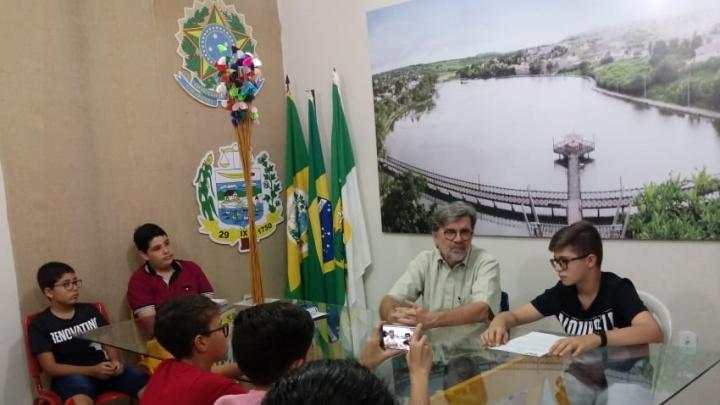 Centenário da Escola Padre Cosme é tema de entrevista entre alunos e prefeito
